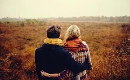 Casal junto no campo