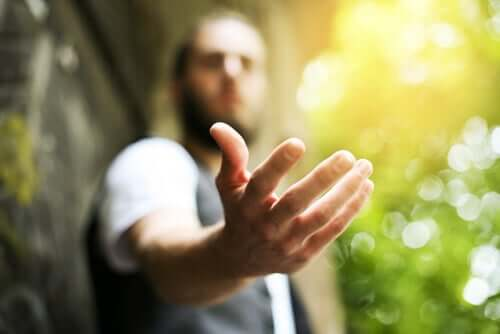 Homem oferecendo a mão contra a ingratidão