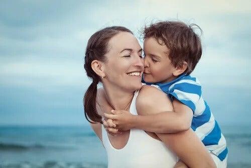 Mãe e filho em praia