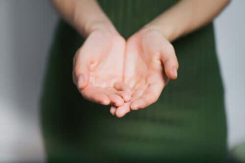Palmas das mãos de uma mulher