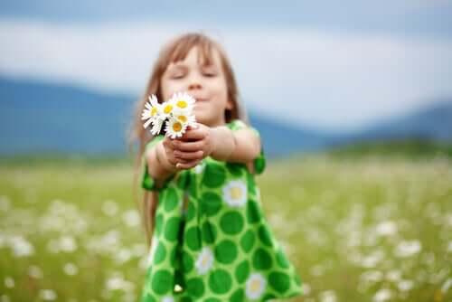 Menina segurando flores
