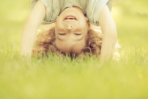 Menino brincando na grama