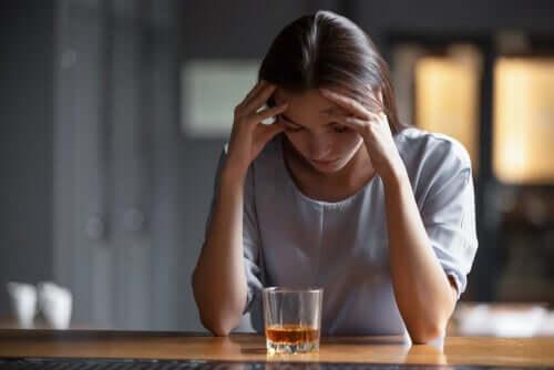 Mulher viciada em álcool