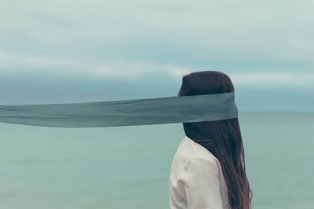 Mulher de olhos vendados