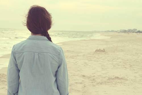 Mulher em praia vazia
