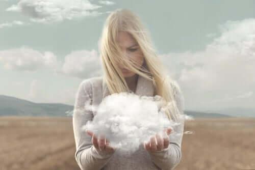 Mulher segurando uma nuvem nas mãos