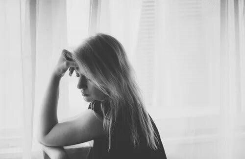 Mulher triste pensando