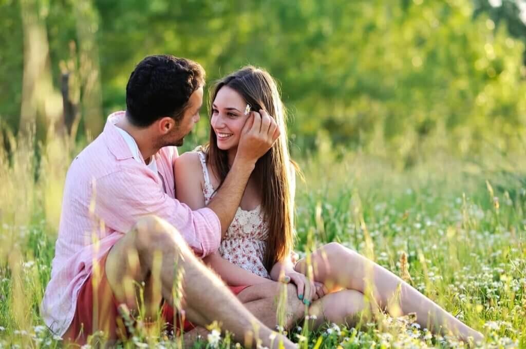 Casal apaixonado ao ar livre