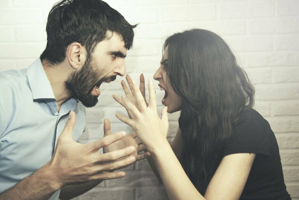 Casal gritando em discussão