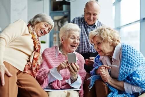 Grupo de idosos se divertindo