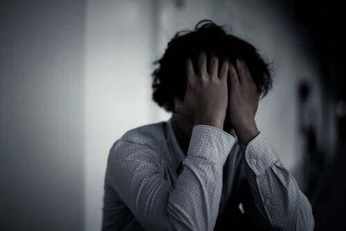 Homem pensando em suicídio