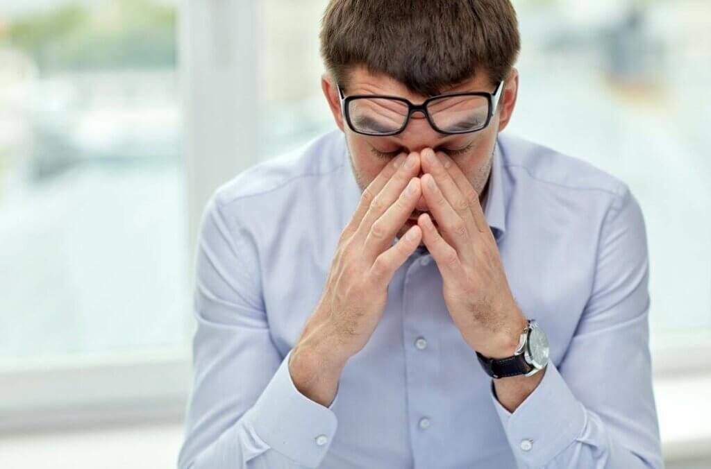 Homem nervoso no trabalho