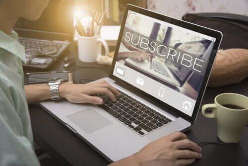 Homem fazendo cadastro online