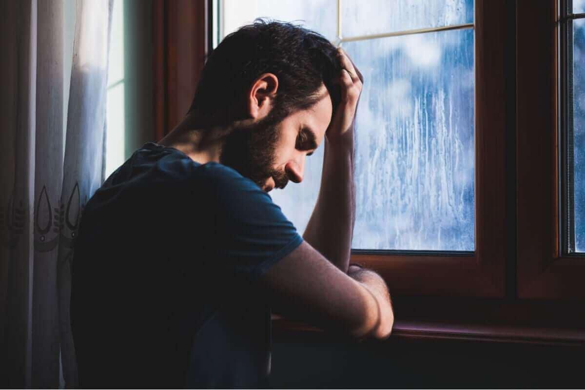 Homem triste em dia de chuva