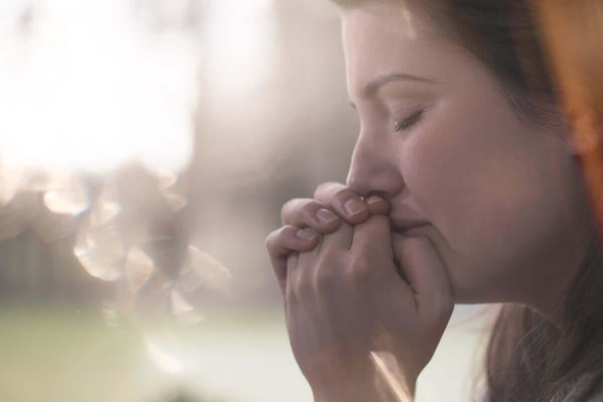 Mulher angustiada chorando