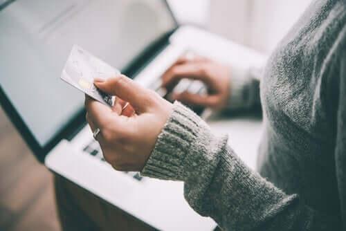 Mulher fazendo compra pela internet