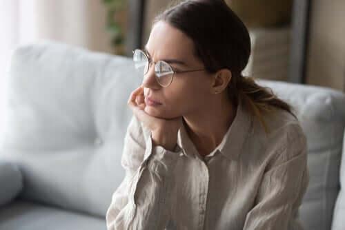 Mulher pensativa
