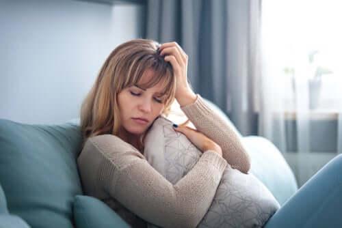 Mulher preocupada no sofá