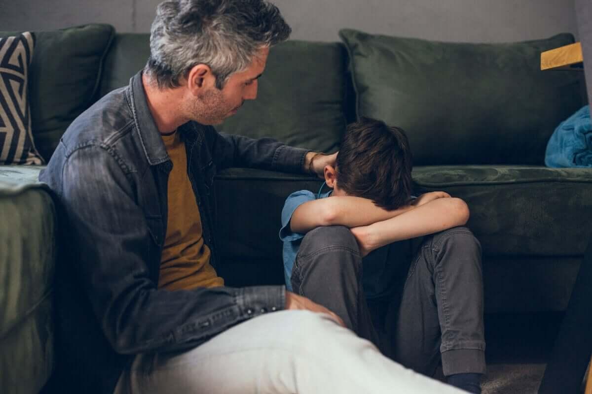 Pai consolando filho