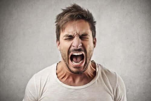 Homem tendo acesso de raiva