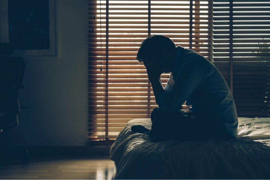 Homem sofrendo de esquizofrenia