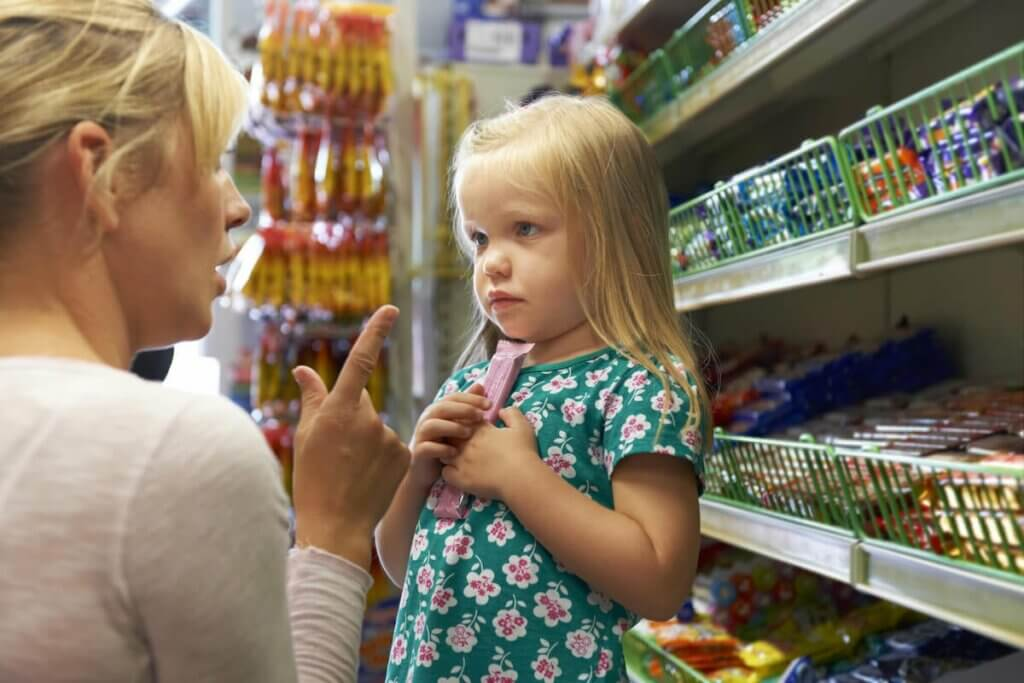 Mãe repreendendo a filha no mercado