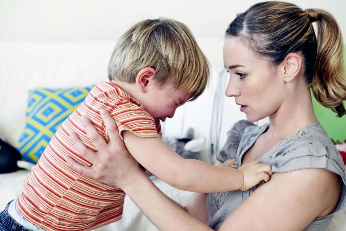 Mãe acalmando seu filho chorando