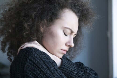 Mulher com dor durante a menstruação
