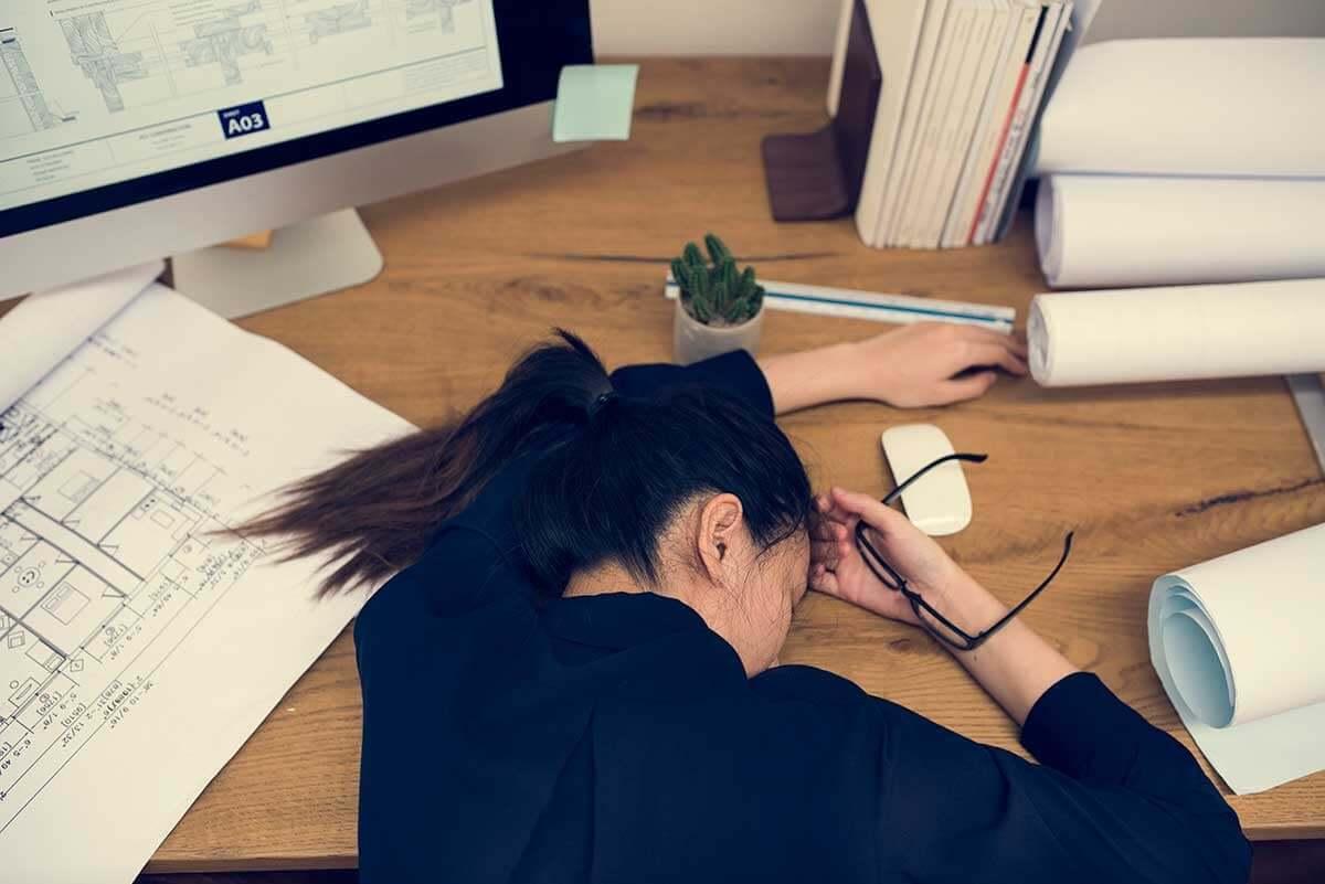 Mulher exausta por causa do trabalho