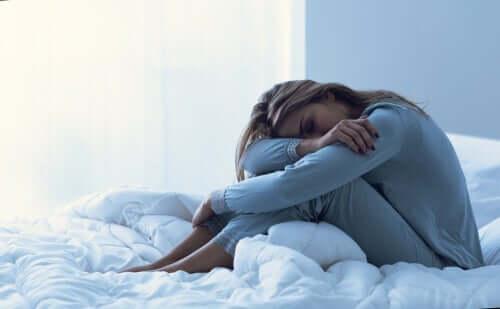 Mulher com cólica durante período menstrual