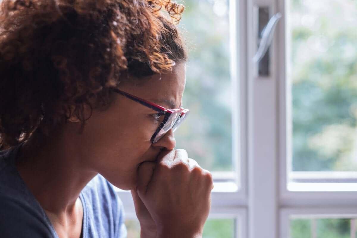 Mulher preocupada e impaciente