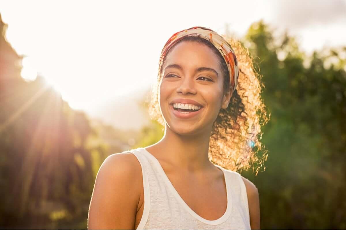 Mulher sorrindo ao entardecer