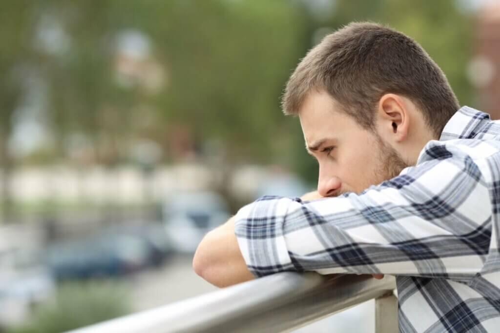 Jovem com sintomas de ansiedade