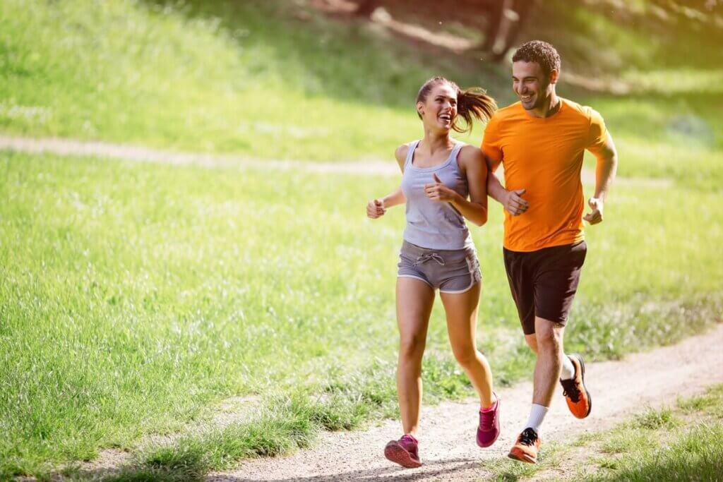 Amigos correndo ao ar livre