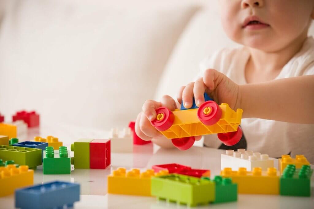 Bebê brincando com lego