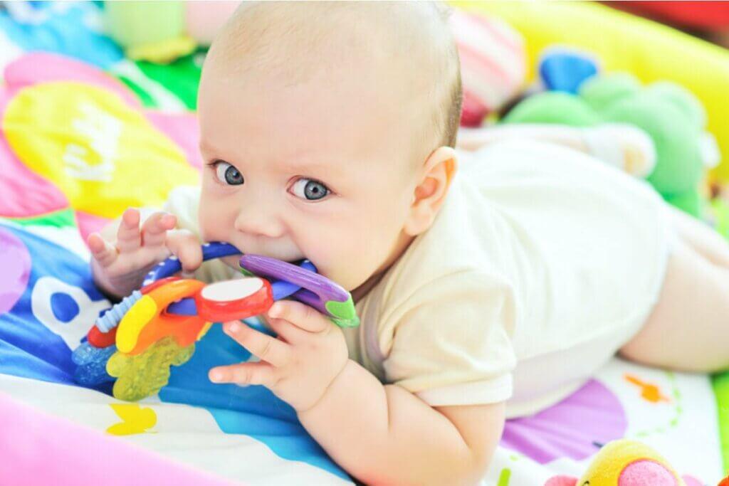 Bebê mordendo brinquedos