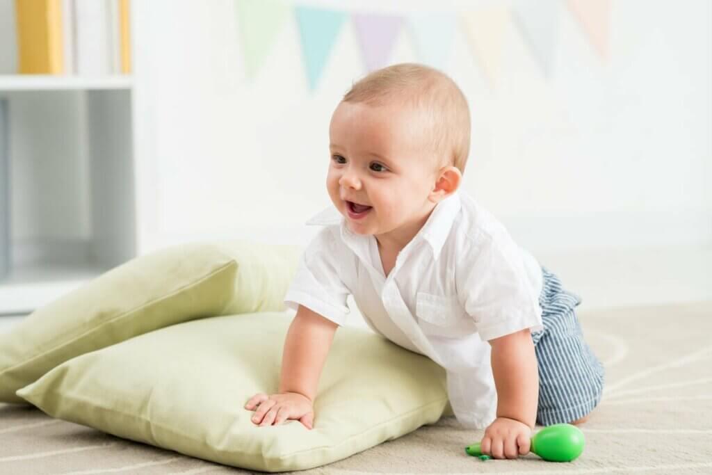 Bebê engatinhando no chão