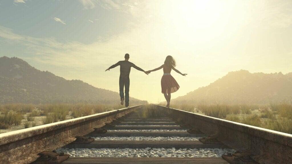 Casal no trilho do trem