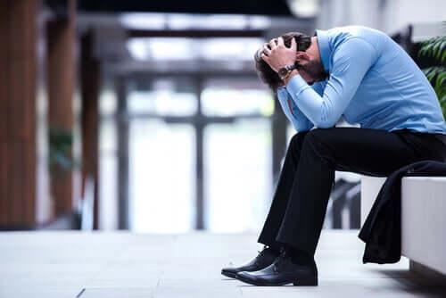 Homem estressado em pausa no trabalho