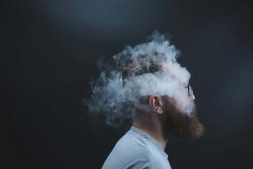 Homem envolto em fumaça de cigarro