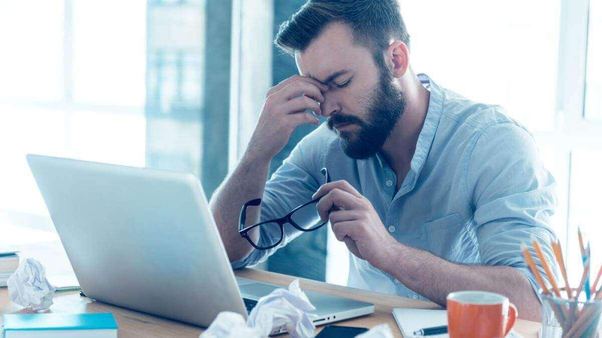 Homem esgotado no trabalho