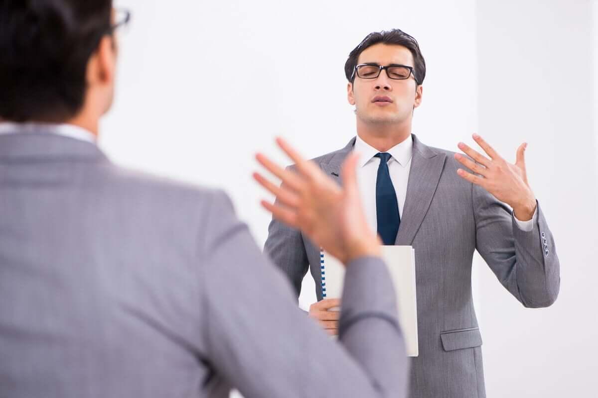 Homem treinando discurso