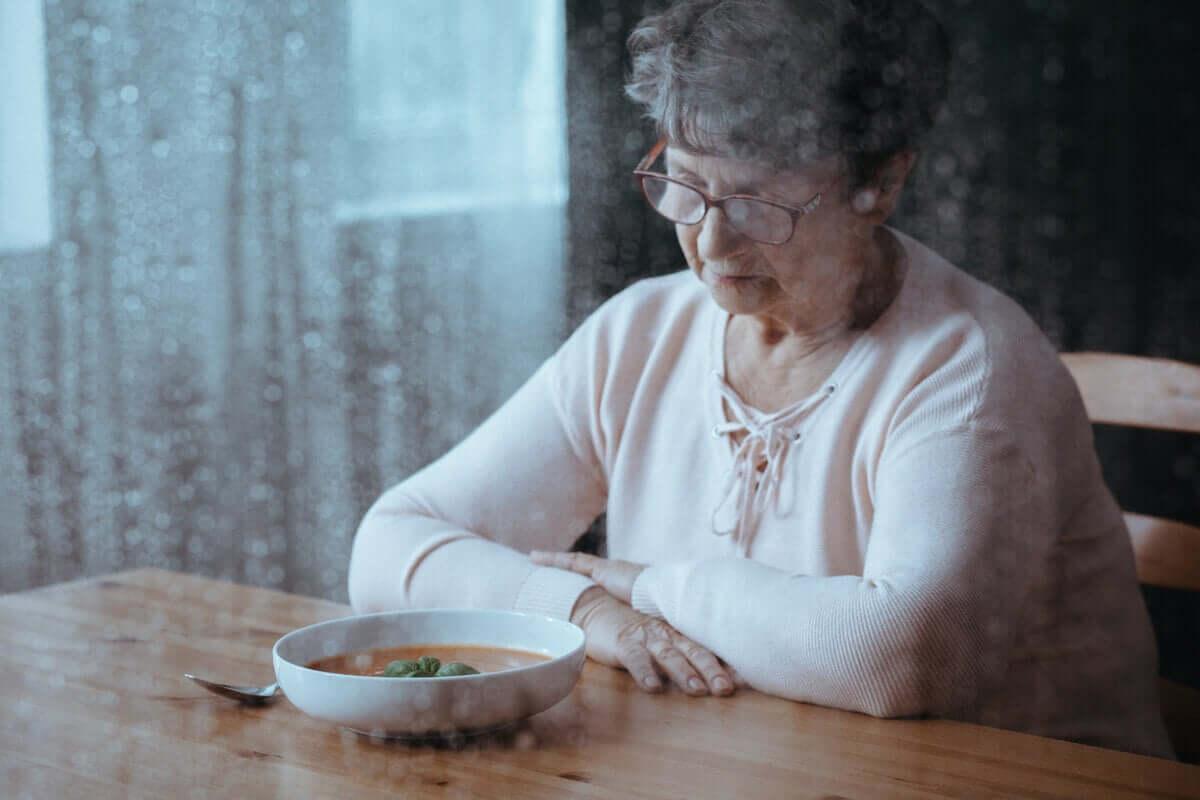 Senhora idosa sem apetite