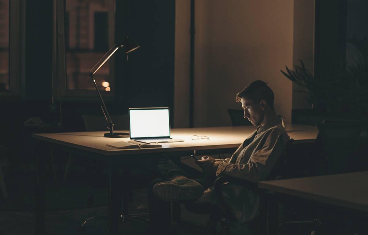 Jovem solitário trabalhando