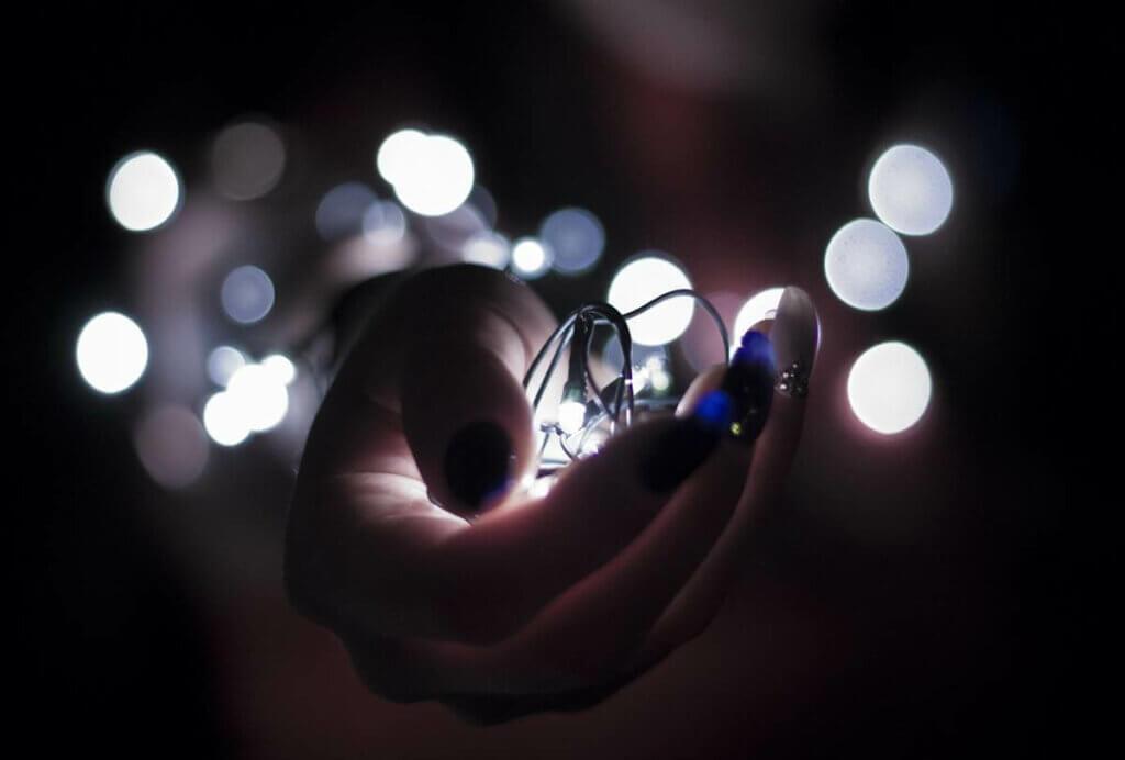Mão segurando luzes