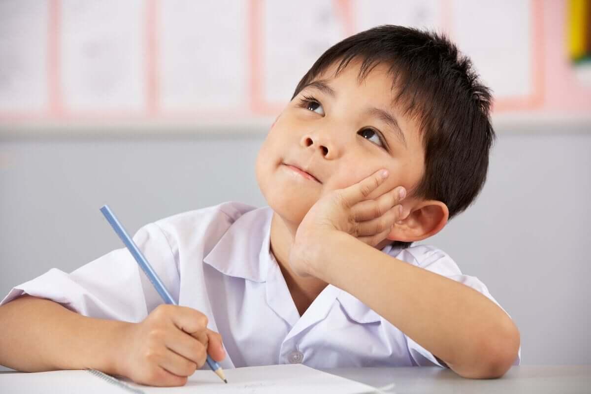 Menino pensando na escola