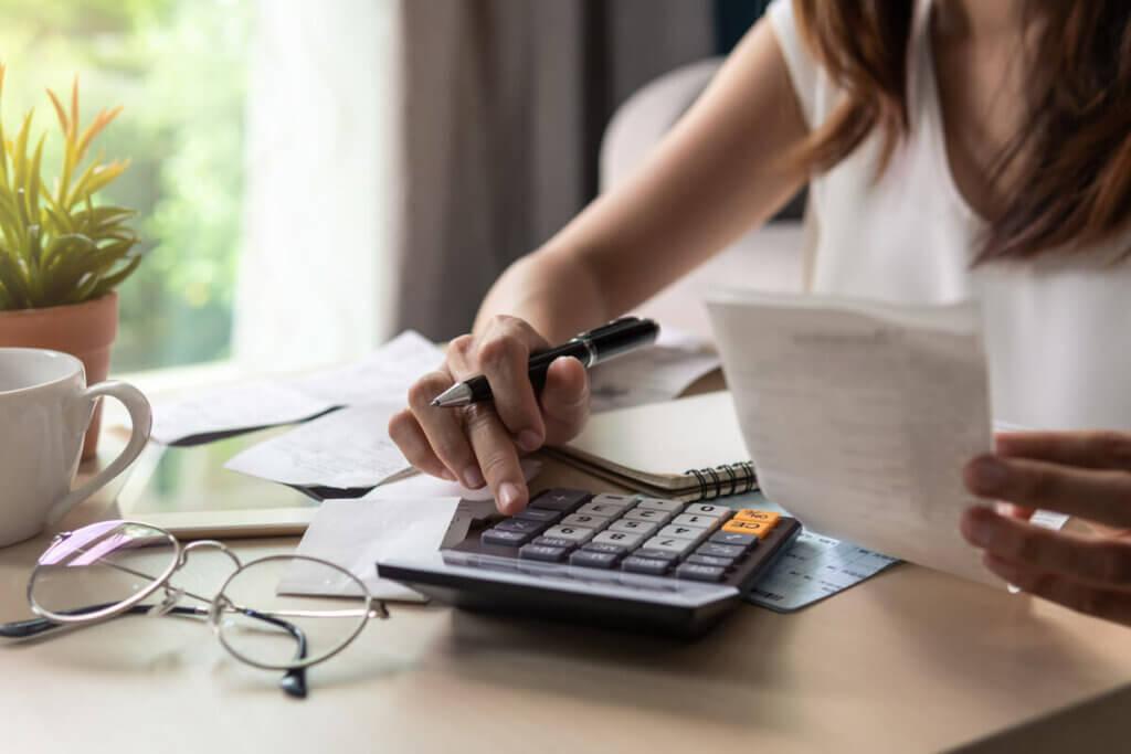 Mulher monitorando gastos