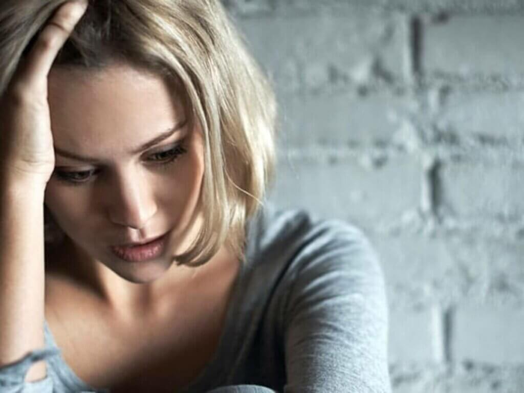 Mulher nervosa e preocupada
