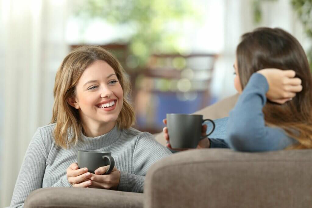 Amigas conversando e tomando café