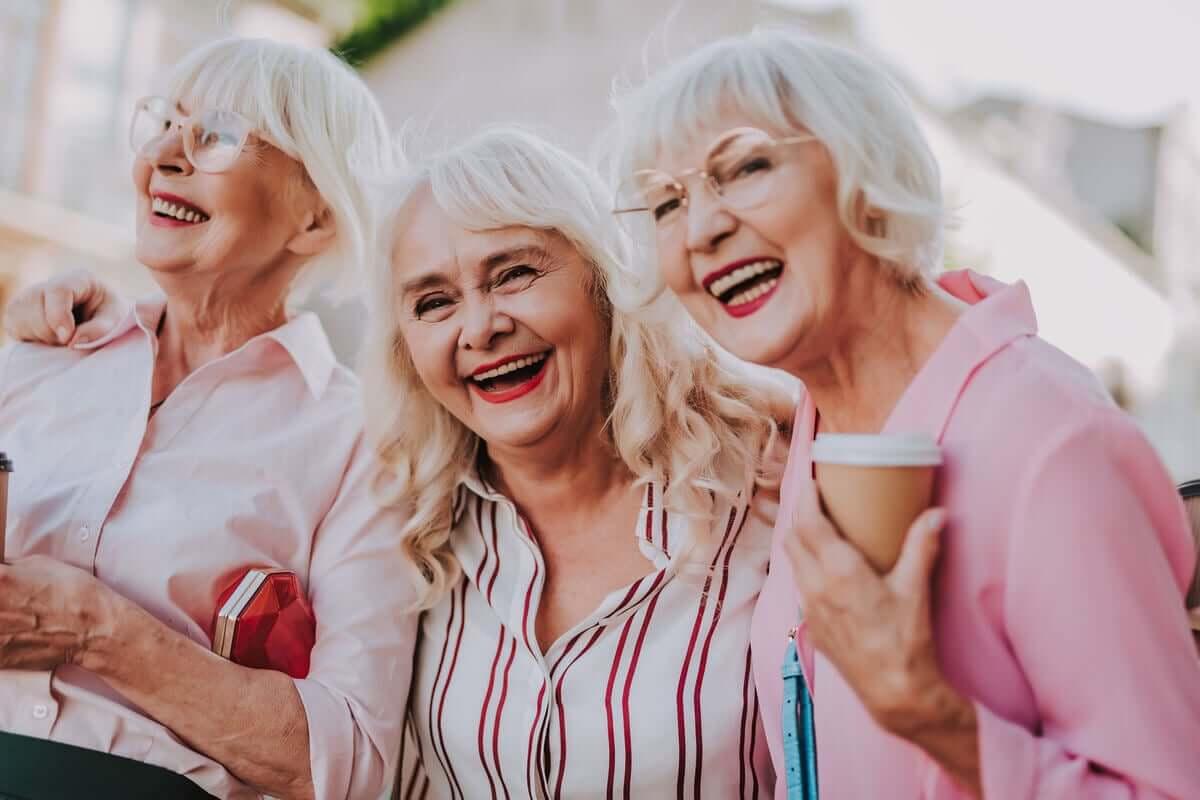 Amigas idosas curtindo